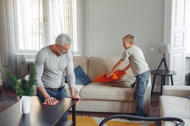 Pasos para limpiar la tapicería de un sofá
